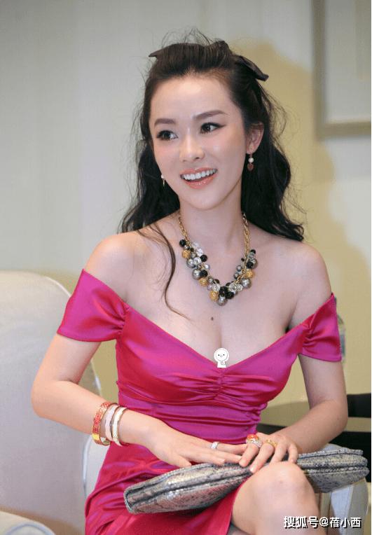 霍思燕尺度越来越大!穿玫红色露肩紧身裙美得惊艳,比25岁时更美