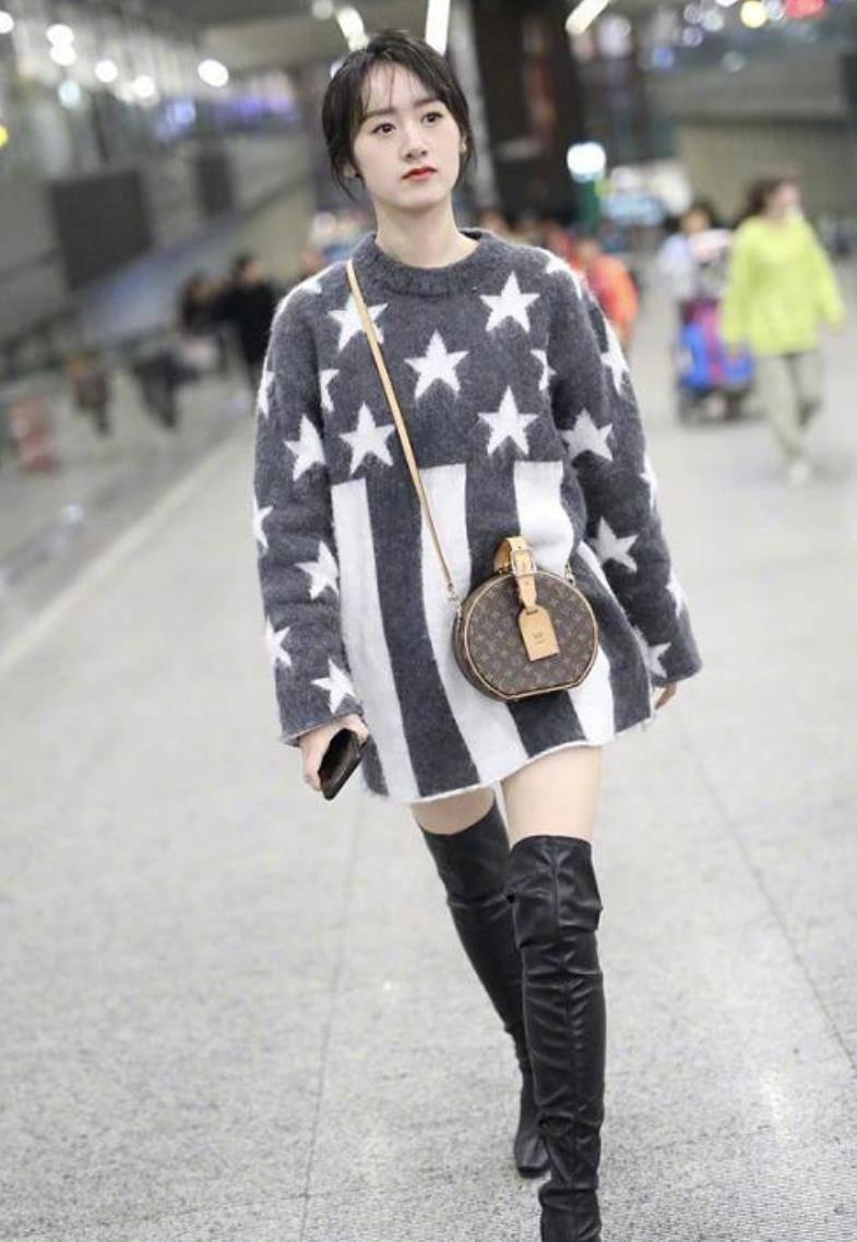 袁冰妍穿少女装现身机场,穿过膝长靴秀美腿,背LV挎包却有点俗气