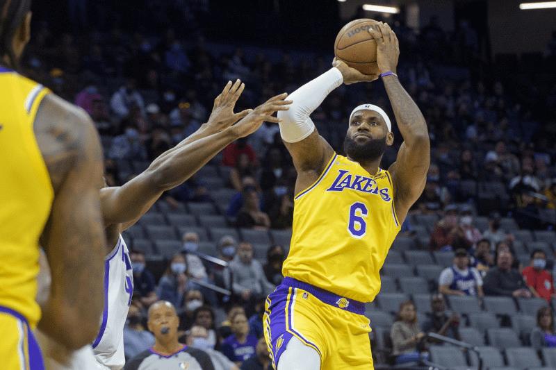新赛季NBA开始前,美国福布斯公布了NBA球员的收入榜,詹姆
