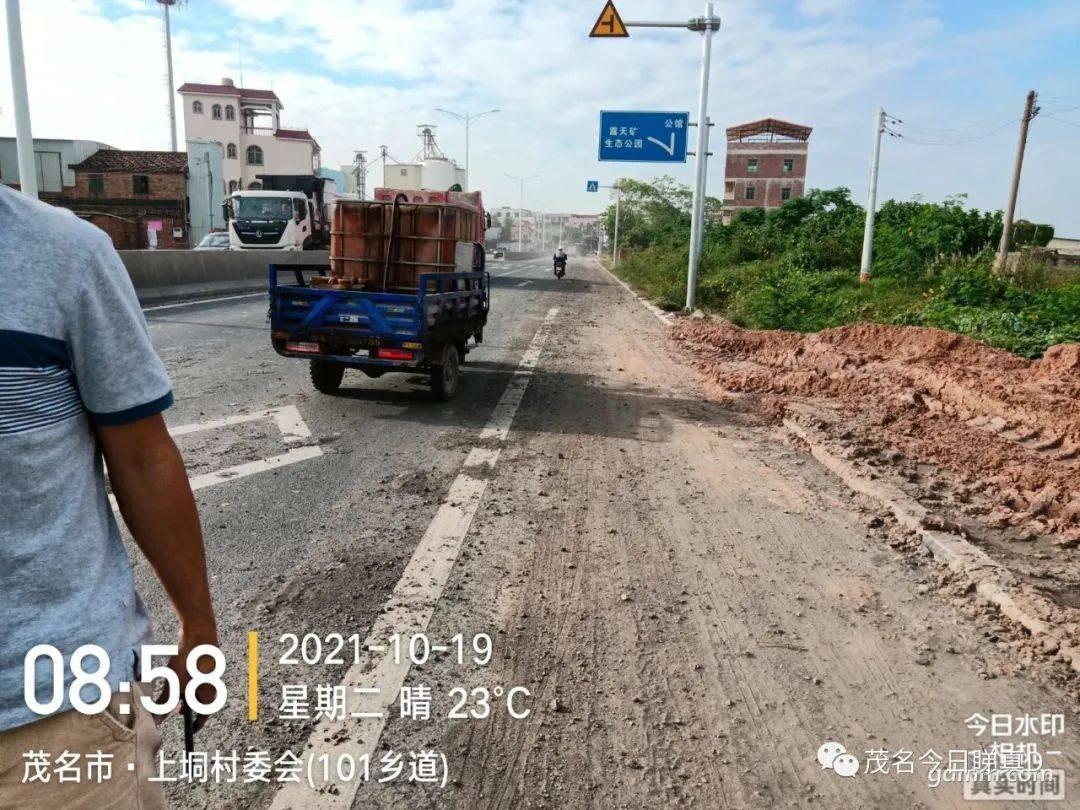 泥头车超载偷运泥土,洒落在新铺的沥青路面上,造成污染损坏