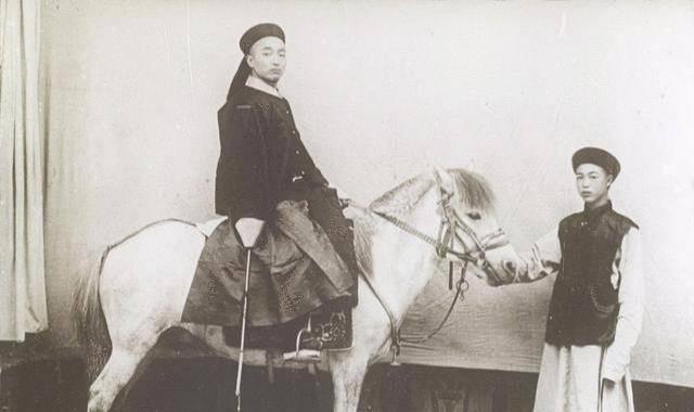 100多年前外国人拍下的官员:高官视察排场大,恭亲王眼神犀利