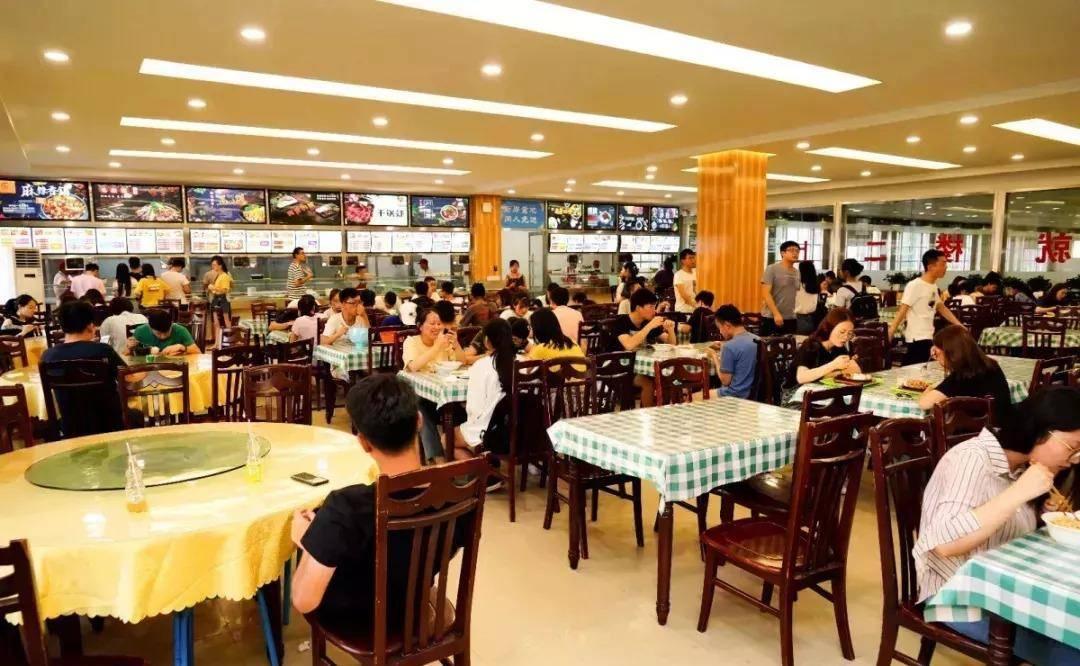 上海一饭店写免费加饭,环卫工吃7碗饭引老板不满,网友:玩不起