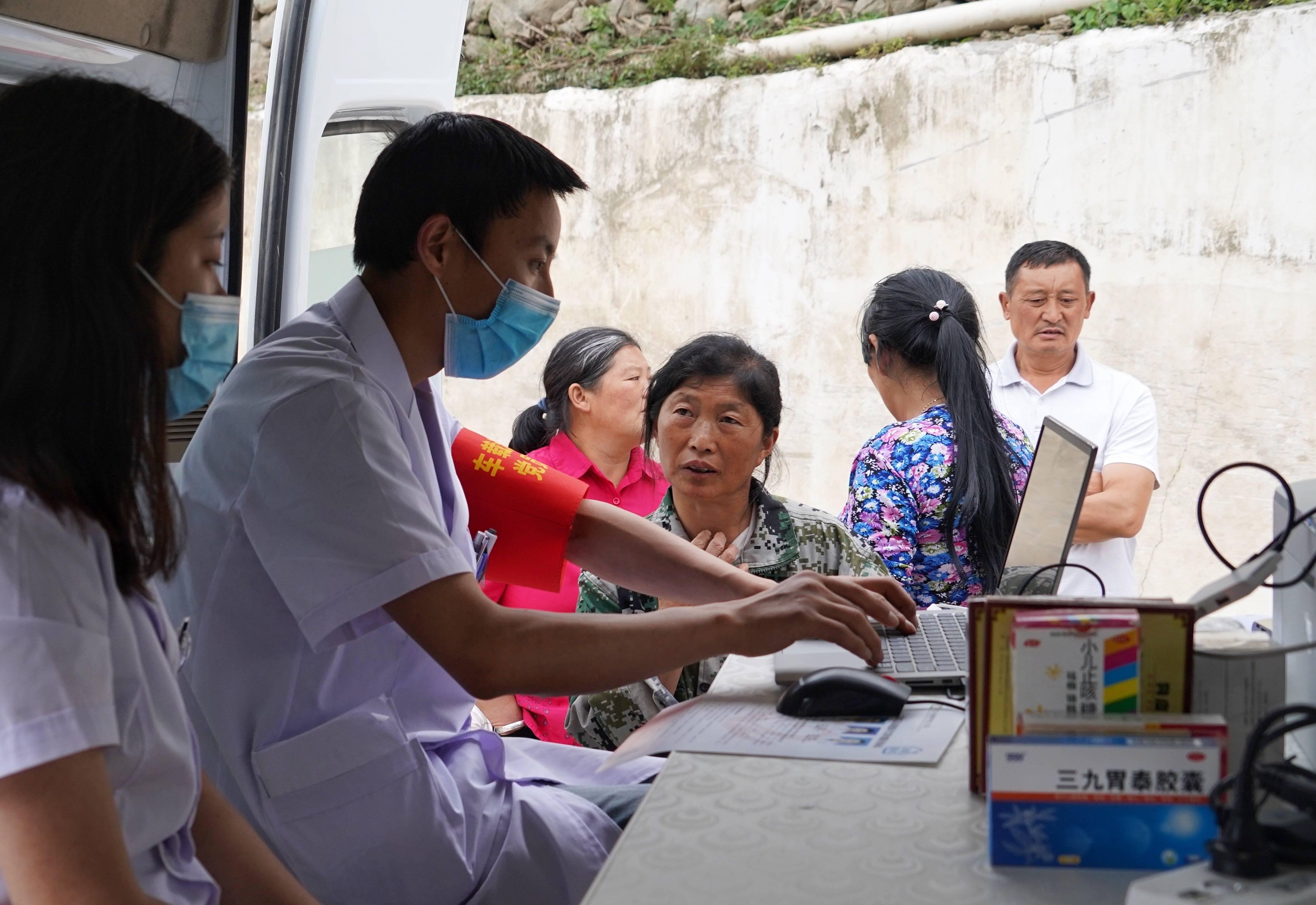 四川宝兴:车载流动医院开进山区老乡家