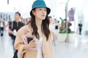 李沁穿衣很有個性,卡其色西裝配藍帽子,不但不難看,反而很新潮