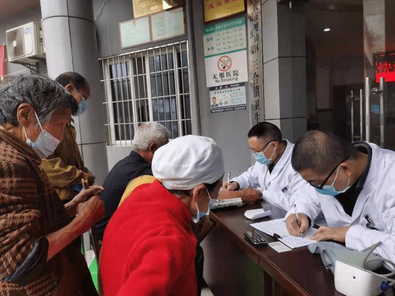 重庆市璧山区三合镇卫生院为居民接种新冠疫苗