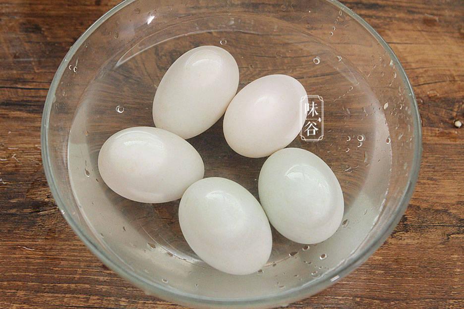 80岁奶奶腌咸鸭蛋,用这土方子,个个起沙流油,比买的还好吃