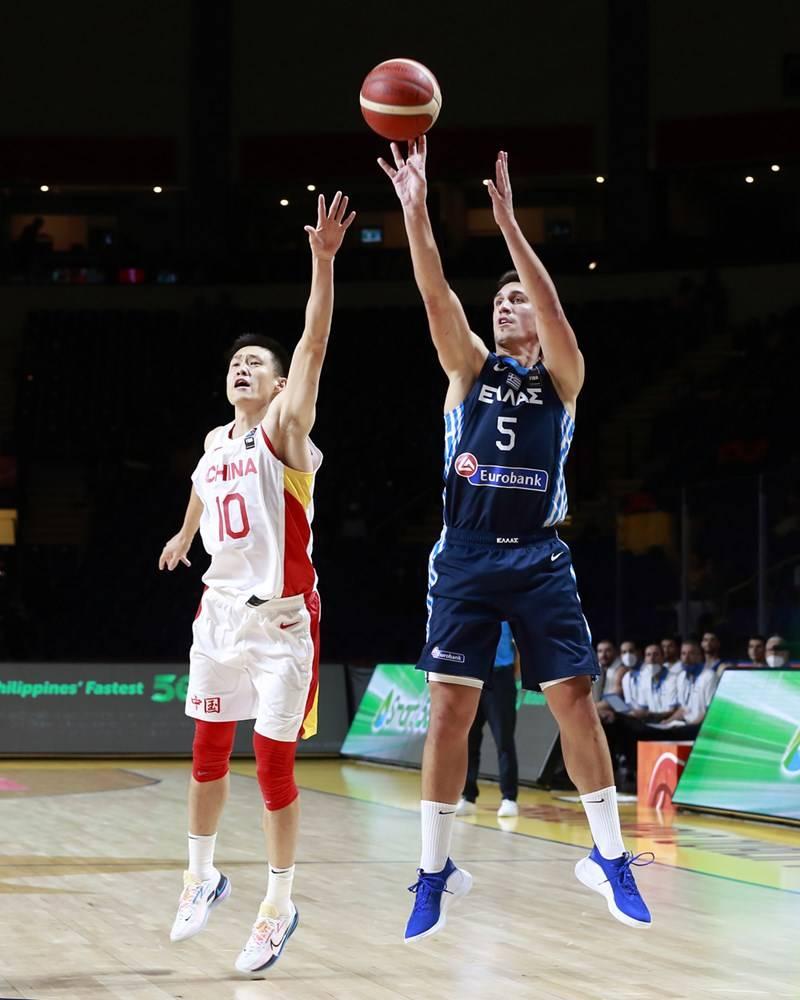 中国男篮12人轮换着眼将来 杜锋熬炼新人+感触感染气氛