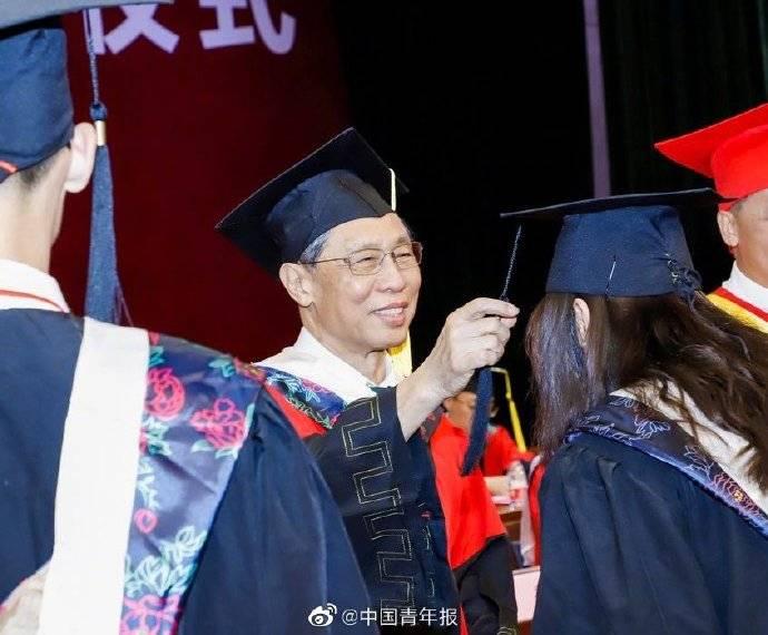 钟南山为毕业生拨穗寄语