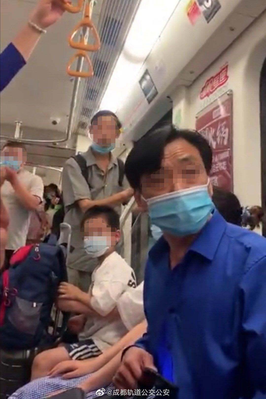 男子地铁猥亵女乘客被周围群众控制,成都警方:行拘15日