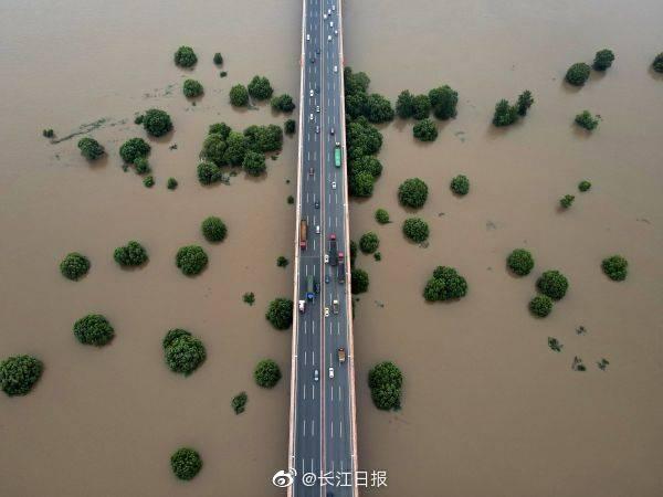 白沙洲大桥下的沙洲被江水淹没