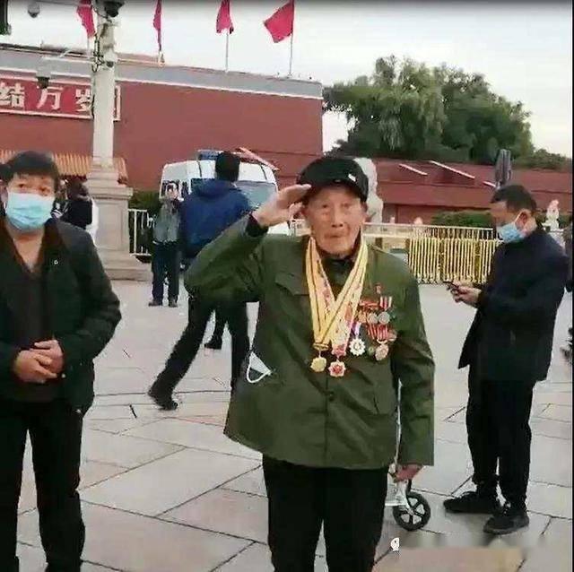 94岁老兵圆梦天安门看升旗