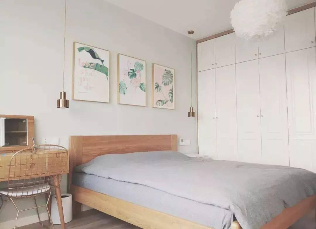 小卧室的储物神器使衣柜顶部超级实用
