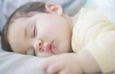 宝宝睡觉时一有动静就惊动一下,能睡踏实吗?