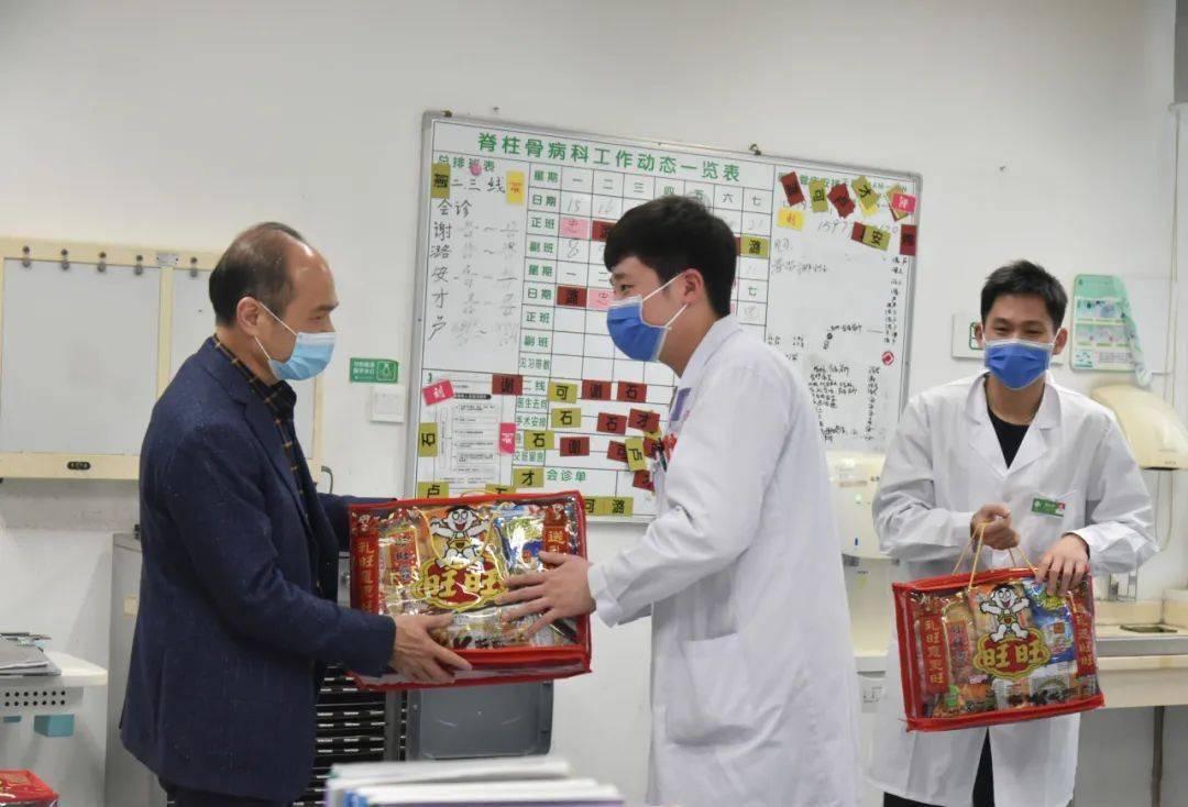 书记、院长唐、副书记陈文成率队向春节期间留院的研究生表示慰问
