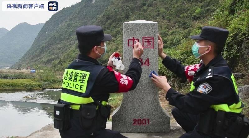 放亮国界线庆祝元旦公安民警在中越边界送过来
