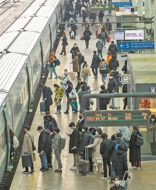 韩迈入新春佳节疫防对策不释放压力旅客在首尔站提前准备乘车