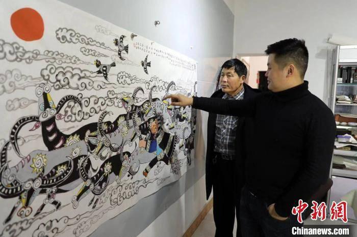 """庆牛年  贵州农民画师和子女联手创作 """"农民画+文创"""""""