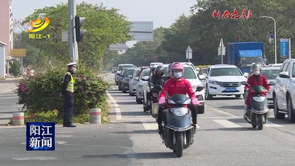 交警坚守一线 全力保障市民游客出行顺畅