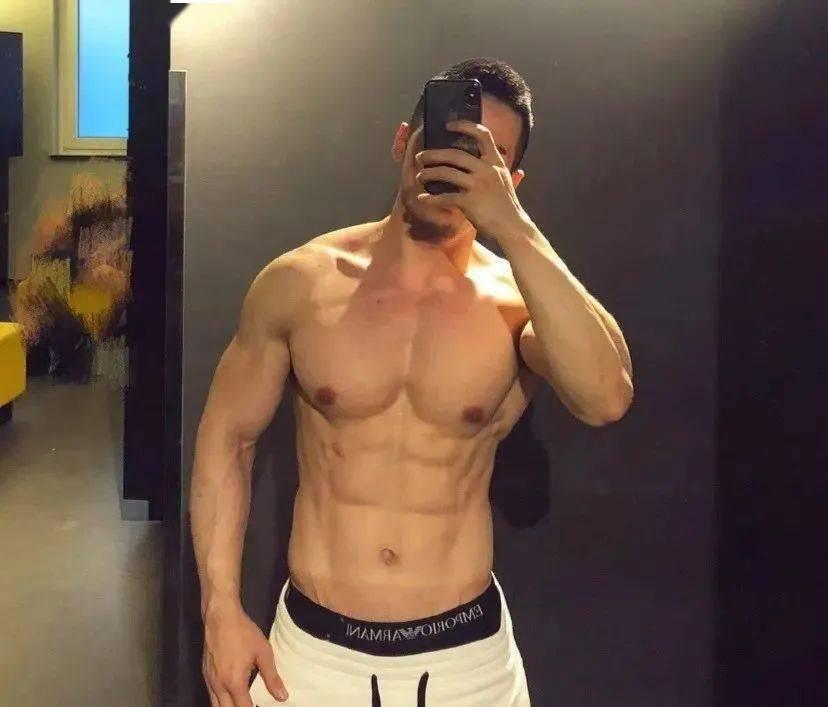 拉菲8总代理:猛男肌肉胸事业线,都是怎么练的?