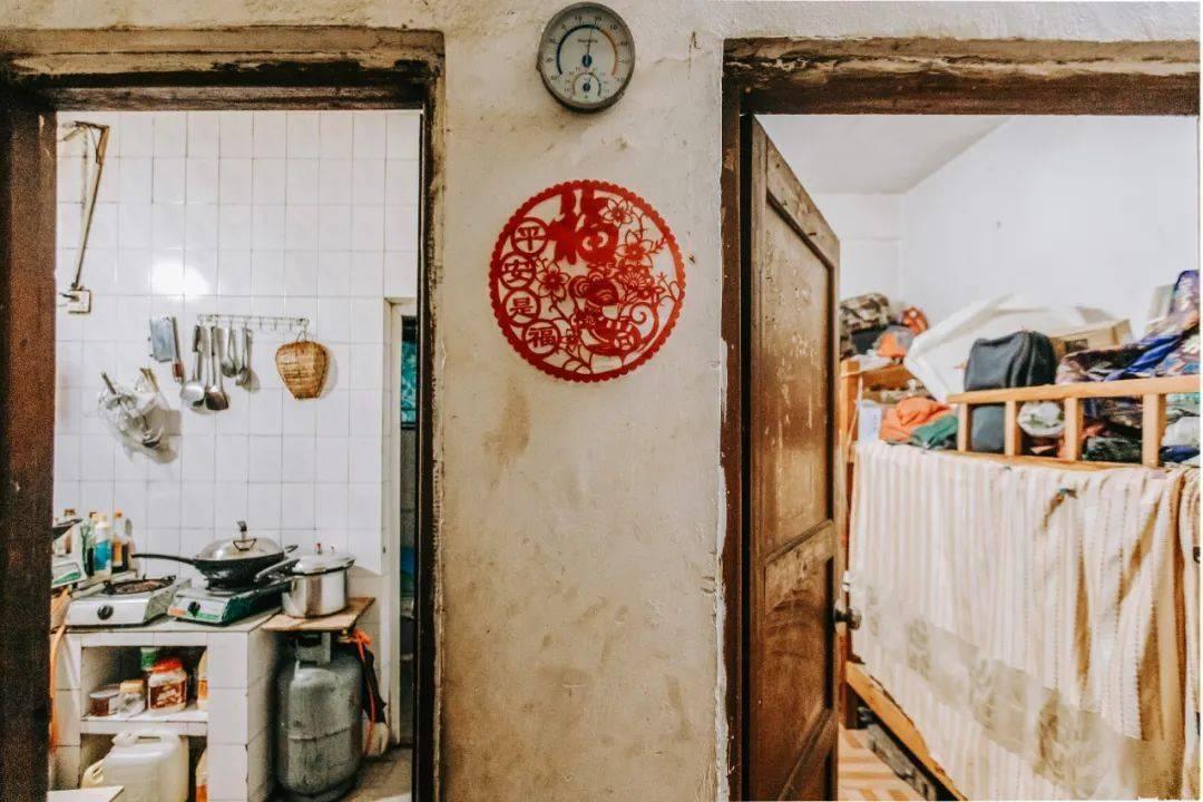 """一道床帘一个家,他们在深圳城中村""""拼床""""生活"""