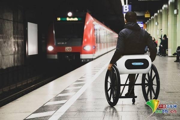 意大利发明家推出世界首款可折叠随身带上飞机轮椅