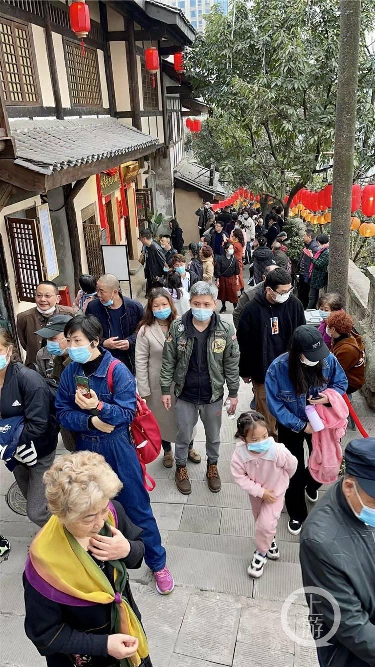 """""""以前厌倦了爬坡上坎,现在来享受爬坡上坎!""""就地过年,重庆旅游市场有了新变化"""