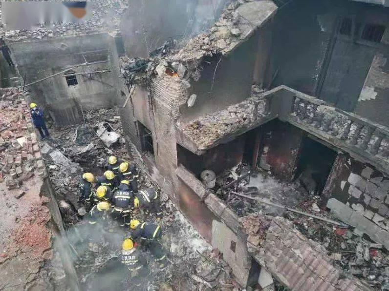 痛心!增雨飞机坠落民房起火,机上人员全部遇难