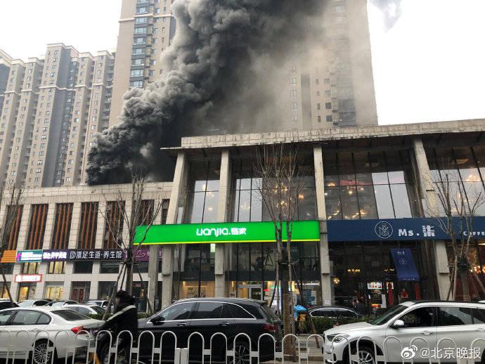 北京海淀区一餐馆场地排烟道起烟,无伤亡