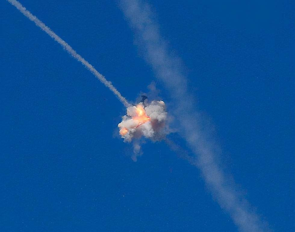 以色列女游客滑雪,山下突然飞出一枚导弹,准确命中袭来的火箭弹