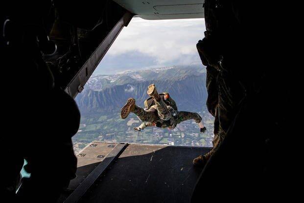 美军士兵跳伞后挂到树上 被发现时已经昏迷情况危急