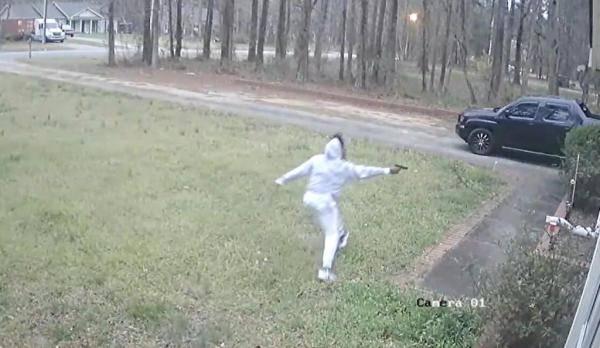 """美国一对父子发生争执 在家门口掏枪""""火拼"""""""
