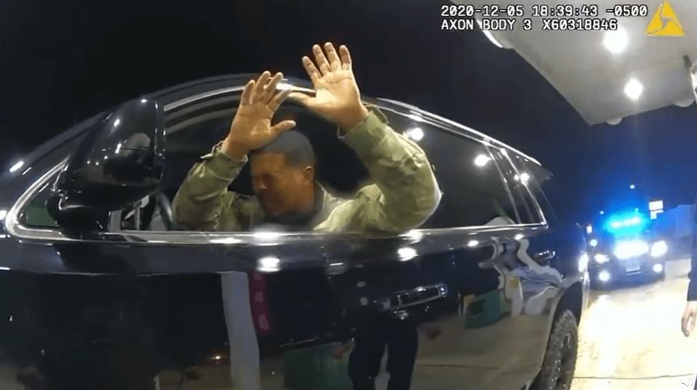 """美军黑人少尉遭警察暴力执法,高喊""""我为美国效力,怎么这样对我?"""""""
