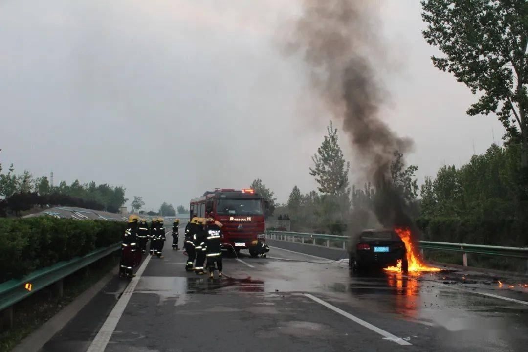 河南鹤壁:汽车高速起火 消防紧急救援