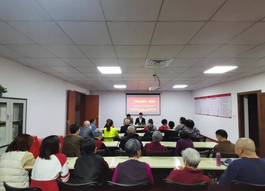 东湖区滕王阁街道人大工委组织人大代表开展《民法典》学习宣传活动