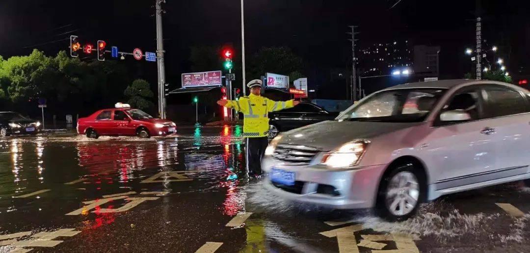 就算大雨让城市颠倒,他们会护你平安!