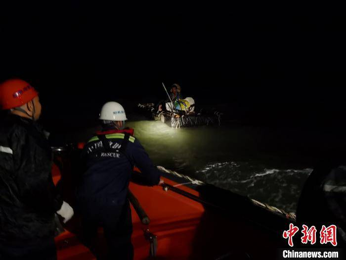 广西北海一渔民海上遇险 被发现时正裹着帆布睡觉