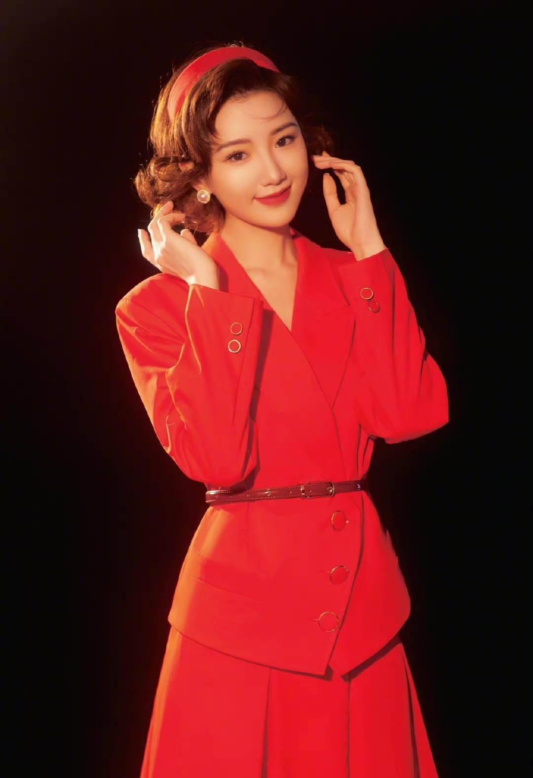 90年代结婚造型太惊艳!毛晓彤烫卷发配红西装,晒复古大片获赞