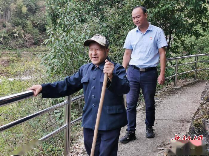 """为失明老人装安全扶手 杭州""""85后""""第一书记留暖心礼物"""