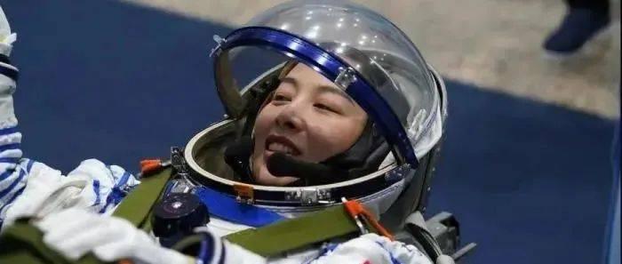 女航天员在太空也能化妆?来例假怎么办?
