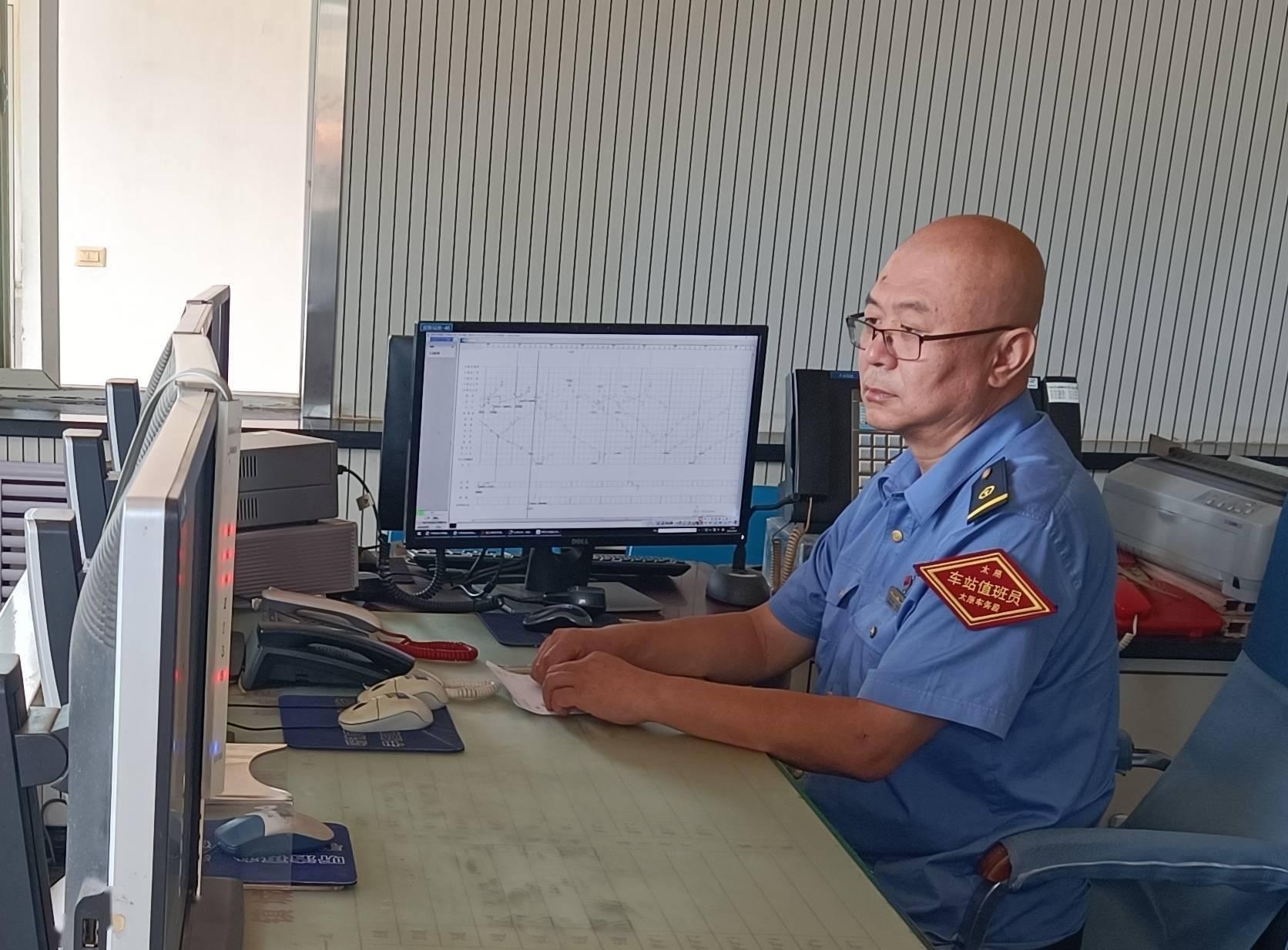 中国交通新闻 点赞最美值班员