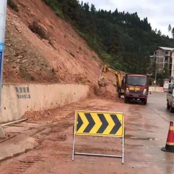 三江这条路开展塌方清理工作